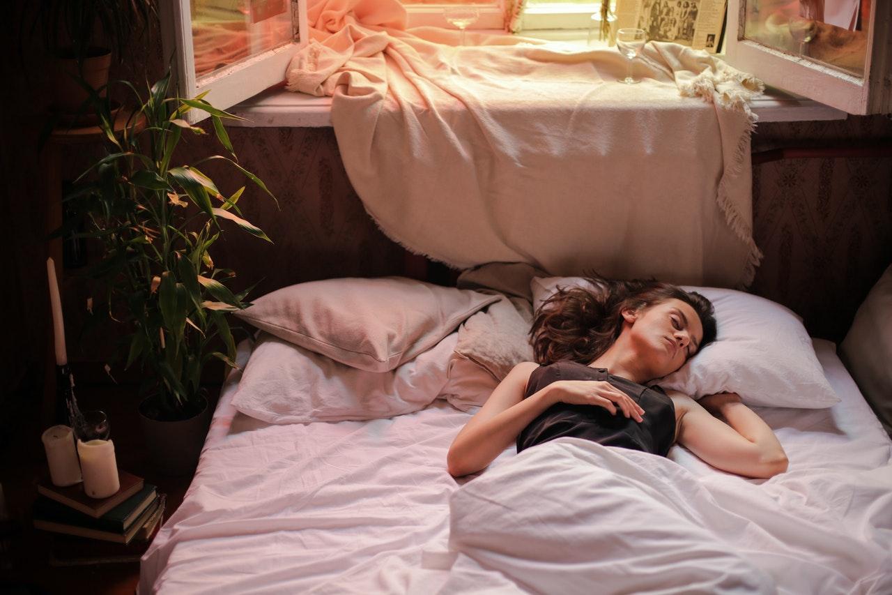 Frau schläft erholsam